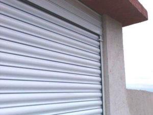 Ролетна врата с ветроупорен ламел